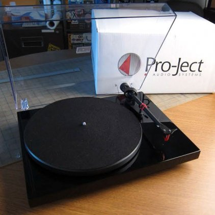 Проигрыватель винила Pro-Ject Debut Carbon (DC) piano black (Ortofon OM 10)
