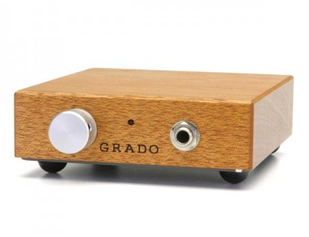 Усилители для наушников GradoУсилители для наушников<br>Усилитель для наушников GRADO RA-1 выполнен в виде настольного варианта с виброизолирующими резиновыми ножками, и батарейное питание служит для того, чтобы исключить даже намек на сетевые помехи. Наименьшие шумы в схемах усиления достигаются, если элементы запитывать от батарей или аккумуляторов, которые могут служить эталоном правильного питания. а задней панели усилителя RA-1 расположены RCA-входы и тумблер включения питания; спереди — ручка громкости и разъем для наушников. К прослушиванию музыки в наушниках можно относиться по-разному, но в любом случае, выложив тысячу долларов, мы вправе рассчитывать на впечатляющий результат. Реальность попросту превзошла самые смелые ожидания: даже те из экспертов, кто предпочитает звук классической Hi-Fi-акустики, были вынуждены, что называется, снять шляпу… Техника такого класса способна изменить сложившиеся представления о идеалах стереофонии. По сути, ощущается неограниченная свобода звучания, причем это относится не к особенностям восприятия пространства, а к той необычайной легкости, которая связана с глубиной динамического диапазона. Начинаешь замечать удивительную детальность звуковой картины, в знакомых записях появляются такие нюансы, наличие которых трудно было предположить. Такое впечатление, что куда более серьезные вложения в пару акустических систем High End-класса не смогут дать гарантию превосходства. Более того, при использовании фирменного усилителя GRADO RA-1 эффектная подача звуковых деталей становится еще заметнее. Любые наушники способствуют концентрации внимания, поскольку внешняя шумовая составляющая здесь, по сравнению с прослушиванием колонок, существенно уменьшается. Даже то, что GRADO RS-1 принадлежат к открытому типу (звукоизоляция не столь выражена по сравнению с закрытыми наушниками), не умаляет достоинств Grado, за которые иной аудиофил готов заложить душу… Технический коментарийВыходная мощность — 2х250 мВтВходная чувствительность — 600 