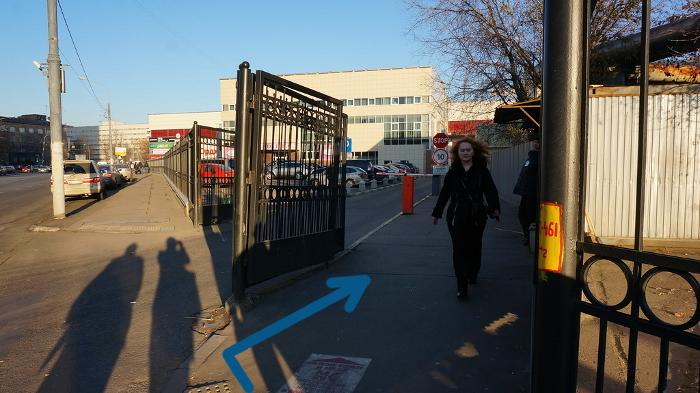 Дойдя до ворот дисконт-центра